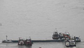 Tankschiff läuft im Rhein auf Grund (Foto)