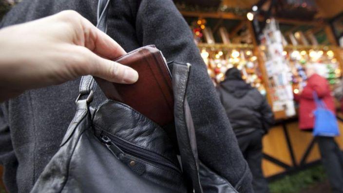 Taschendiebe machen im Gewühle der Vorweihnachtszeit oft leichte Beute.