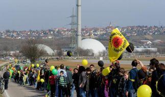Tausende bilden Menschenkette gegen Atomkraft (Foto)