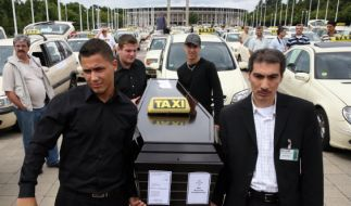 Taxifahrer demonstrieren in Berlin (Foto)