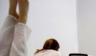 Teenager beim Fernsehen (Foto)