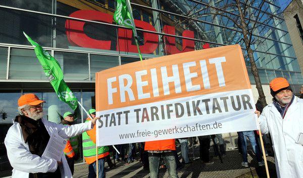 Teilnehmer einer Mahnwache von dbb Beamtenbund und Tarifunion gegen eine Zwangs-Tarifeinheit 2015 vor der CDU-Parteizentrale. (Foto)