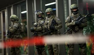 Terrorwarnung: Polizisten stehen am Münchner Hauptbahnhof. (Foto)