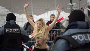 Textilfreier Protest in Davos (Foto)