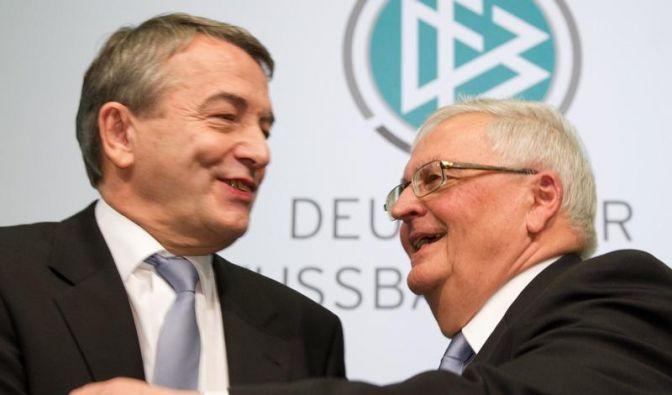 Theo Zwanziger übergibt an Wolfgang Niersbach. (Foto)