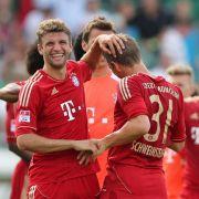 Thomas Müller (l) und Bastian Schweinsteiger (M) haben nach Abpfiff gut lachen.