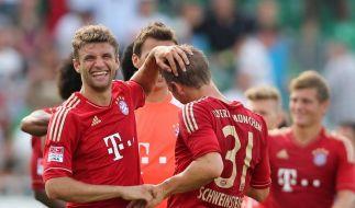 Thomas Müller (l) und Bastian Schweinsteiger (M) haben nach Abpfiff gut lachen. (Foto)