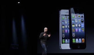 Tim Cook präsentiert das neue iPhone im schwarzen Hemd zur Bluejeans. (Foto)