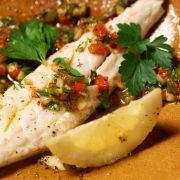 Zum Auftakt von Tim Mälzer kocht! auf Mallorca gibt es gegrillten Fisch mit Gemüse.