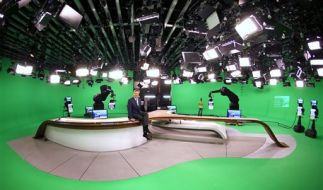 Tisch, Technik und Moderatoren sind das einzig reale im virtuellen ZDF-Studio. (Foto)