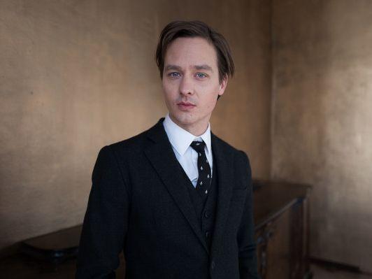 Tom Schilling im Portrait: Ganz privat! Intimer Einblick ...