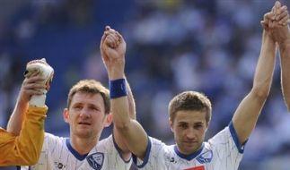 Torjäger Stanislav Sestak (r. neben Paul Freier) soll Bochum zum Klassenerhalt schießen. (Foto)