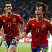 Torschütze zum 1:0: David Silva eröffnete den Torreigen der Spanier, Alvaro Arbeloa freut sich mit.