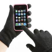 Das Smartphone im Winter bedienen? Mit eigens dafür entwickelten Touchscreen-Handschuhen ist das kein Problem mehr.