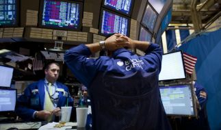 Traders work on the floor of the New York Stock Exchange on Thursday, Aug. 4, 2011 in New York. The  (Foto)