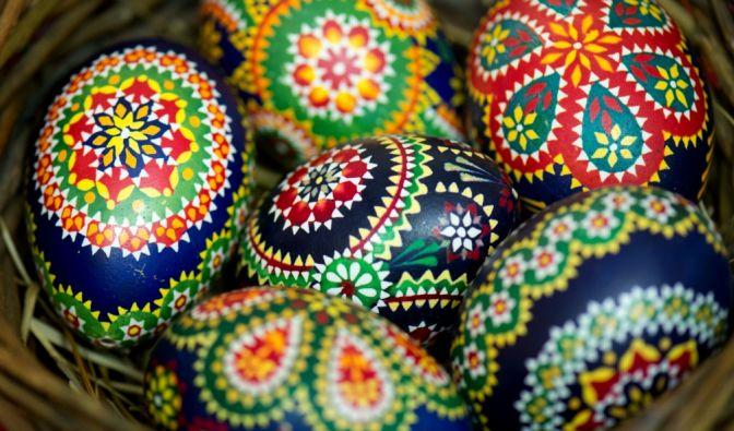 Traditionell bemalte sorbische Ostereier in einem Weidenkorb. (Foto)