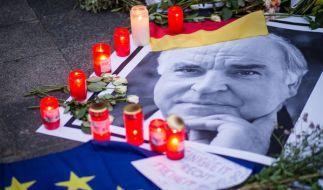 Trauerkerzen am Wohnhaus des verstorbenen Altkanzlers Helmut Kohl. (Foto)