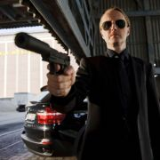Melström (Holger Handtke, vorne) fuchtelt gefährlich mit der Waffe rum.