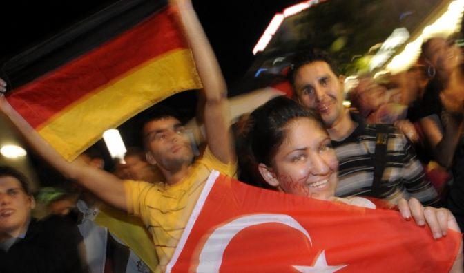 Türkische und deutsche Flagge (Foto)