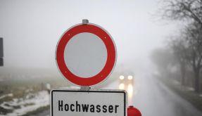 Überflutete Straßen für Autofahrer tabu (Foto)