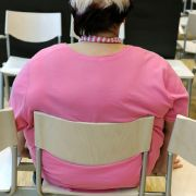 Sitzt schlecht:Übergewichtige wünschen sich oft breitere und stabilere Stühle.