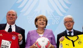 Uli Hoeneß, Bundeskanzlerin Angela Merkel und Reinhard Rauball (von links) bei der Pressekonferenz in Berlin. (Foto)