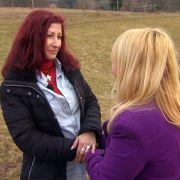 Ulrike (l.) bittet Julia Leischik (r.) um Hilfe, sie möchte sich bei ihrem Bruder Uwe entschuldigen ... (Foto)