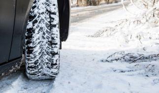 Um mit dem Auto sicher durch die kalte Jahreszeit zu kommen, sind Winterreifen ein Muss. (Foto)
