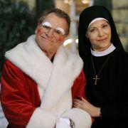 Als Nikolaus unterwegs: Der grantige Bürgermeister Wolfgang Wöller (Fritz Wepper) und Ordensschwester Hanna Jakobi (Janina Hartwig).