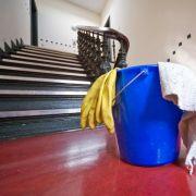 Umlagefähige Kosten wie die Reinigung des Hausflurs finden Mieter in den Nebenkostenabrechnung wieder.