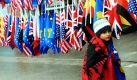 Ein kleiner Junge ist in die kosovo-albanische Flagge gehüllt. Heute feiert die junge Republik Kosovo ihren zweiten Unabhängigkeitstag.  Foto: dpa