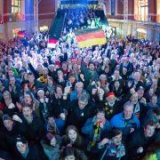 Und auch die Fans in Deutschland, hier beim Public Viewing in Kiel, sind völlig aus dem Häuschen.
