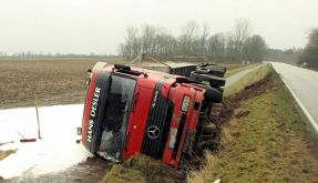 Unfälle auf spiegelglatten Straßen (Foto)