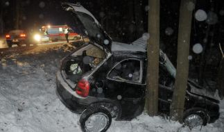 Unfall aufgrund von Schneeglaette (Foto)