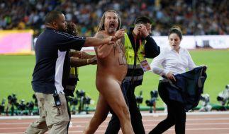 Unter Beifall wird der Flitzer aus dem Olympiastadion abgeführt. (Foto)