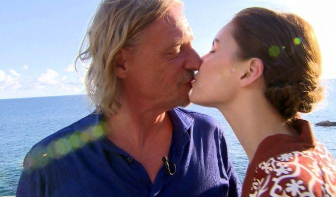 Unternehmer Frank Otto und seine Modelfreundin Nathalie Volk können auch auf den Seychellen die Finger nicht voneinander lassen. (Foto)