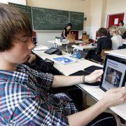 Die Zeit der Schulbücher könnte schon bald vorbei sein: Tablet-PCs halten Einzug in Deutschlands Klassenzimmer.