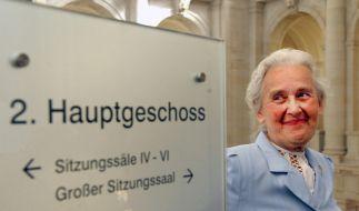 Ursula Haverbeck zeigt vor der Verhandlung im Bundesverwaltungsgericht ihr charmantes Lächeln. (Foto)