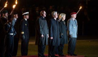 Ursula von der Leyen, Bundespräsident Joachim Gauck, Bundestagspräsident Norbert Lammert undGeneral Volker Wieker beim Großen Zapfenstreich im Jahr 2015. (Foto)