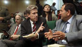 US-Botschafter Chris Stevens, hier im Gespräch mit einem Mitglied des libyschen Nationalrats, wurde in der vergangenen Nacht getötet. (Foto)