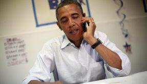US-Präsident Barack Obama und sein Smartphone. (Foto)