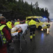 Rettungskräfte kümmern sich nach dem Massaker auf Utøya um die Verletzten.