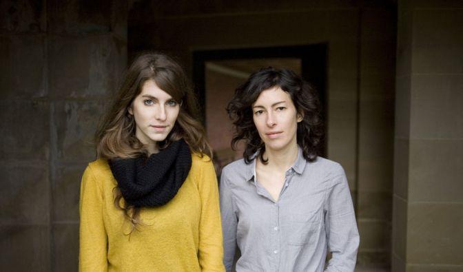 Valeska Steiner (links) und Sonja Glass sehen sich nach der Arbeit im Studio. (Foto)