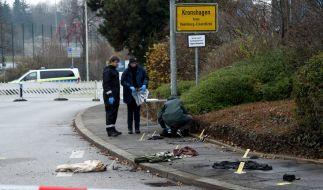Verbrannte Kleidungsstücke des Opfers liegen am Tatort in Kronshagen. (Foto)