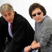 Die ehemalige RAF-Terroristin Verena Becker mit ihrem Anwalt Walter Venedey.