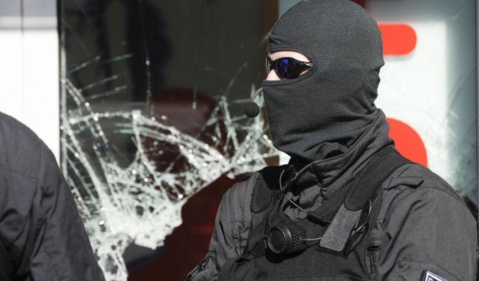 Vermummter Großeinsatz: 1200 Polizisten führten eine Razzia gegen die Hells Angels durch. (Foto)