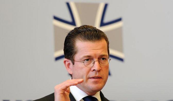 Verteidigungsminister zu Guttenberg (CSU) will mehr Geld für eine bessere Ausrüstung der Bundeswehr. (Foto)