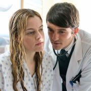 Vertrauenswürdiger Halbgott in Weiß? Orlando Bloom und Riley Keough spielen in «The Good Doctor», Sie können den Film auf DVD gewinnen.