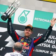 Vettels seltsamster Triumph: Webber kann nicht hinsehen, wie sein Kollege feiert.