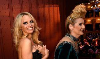 Viel Spaß in der Loge: Blondinen Pamela und Helena. (Foto)